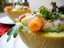 melon relleno de salmon y palmitos